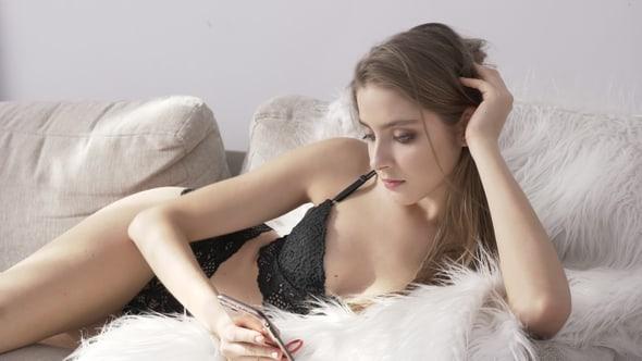 Una chica sexy busca citas en línea