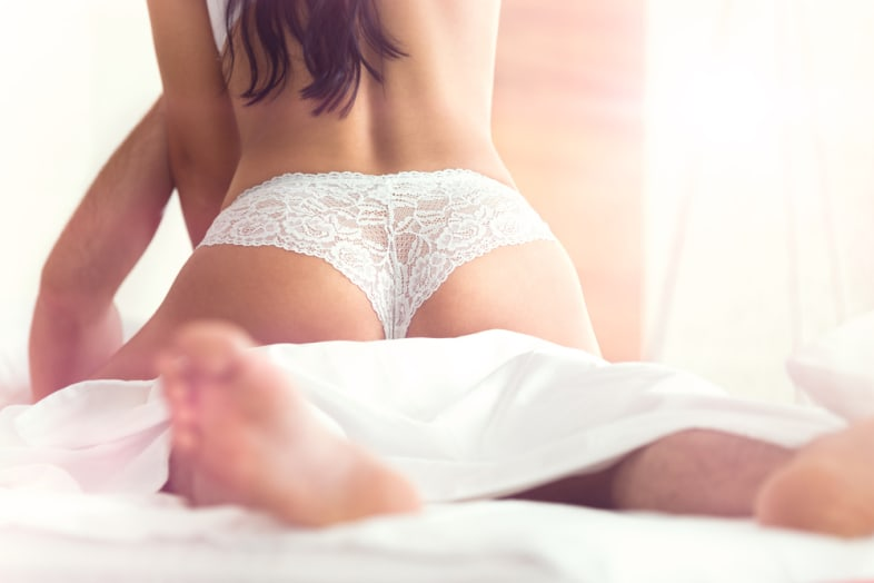 Una pareja tenie sexo después de combinar una cita en línea